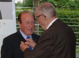 Guy Malaquin remet à Gérard Vernières les attributs de la présidence du club