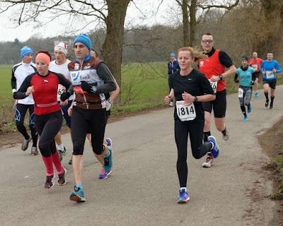 Florian (rotes armelloses Shirt) auf dem Weg zum seinem zweitschnellsten Halbmarathon.