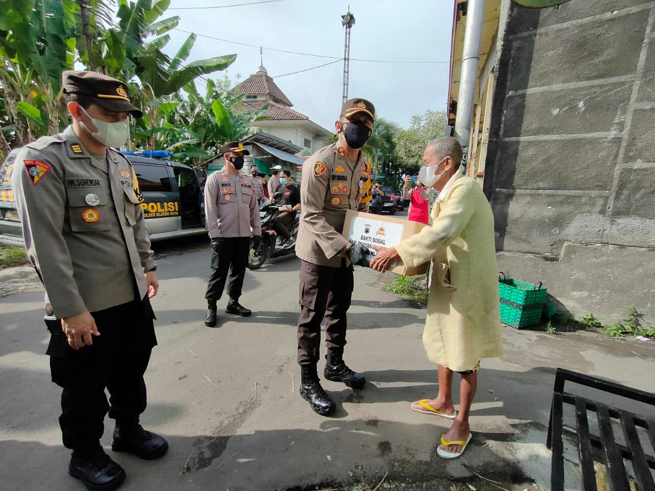 HUT Bhayangkara ke 75 Polres Klaten Gelar Baksos Bagi Sembako di Panti Asuhan