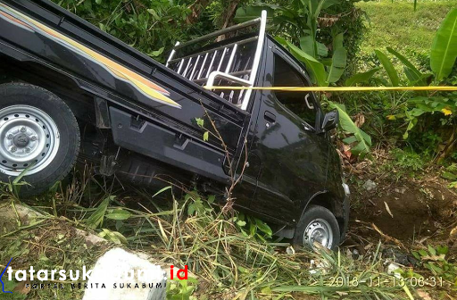 Mobil Pick Up Nyungsep di Jalan Palabuhanratu - Kiaradua
