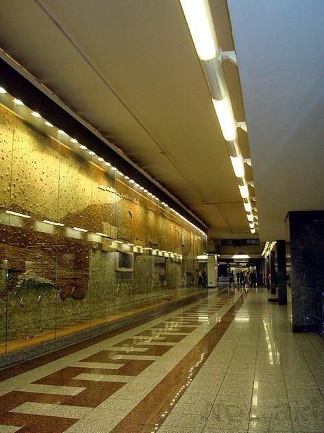 雅典Syntagma地鐵站的「考古牆」,其實是地底橫切面,展出古代去水道、房屋地基、道路等 (flickr:nenyaki)