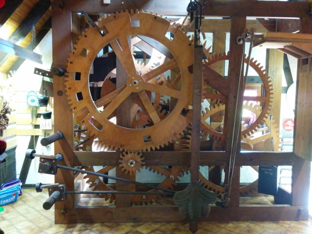 Mechanics of the world's largest cuckoo clock
