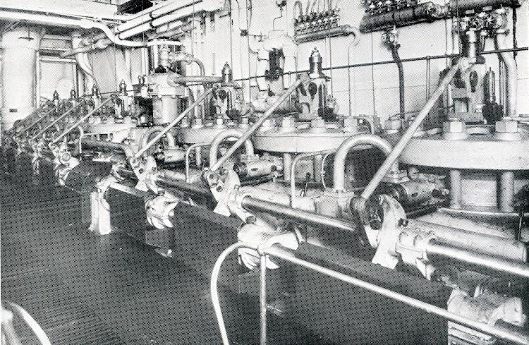 Parte superior del motor principal con las válvulas de arranque por aire. De la revista The Motor Ship.jpg
