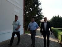 Auxt Ferenc érkezik a korábbi és új elnökökkel, Berényi Józseffel és Menyhárt Józseffel.JPG