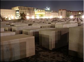 Vista nocturna del Monumento a los judíos de Europa asesinados (Holocaust-Mahnmal) - Berlín'10