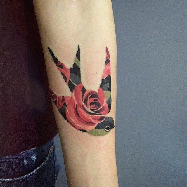 pssaro_em_forma_de_rosas_braço_de_tatuagem