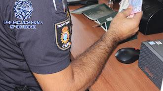 Un agente trabajando en un puesto fronterizo.