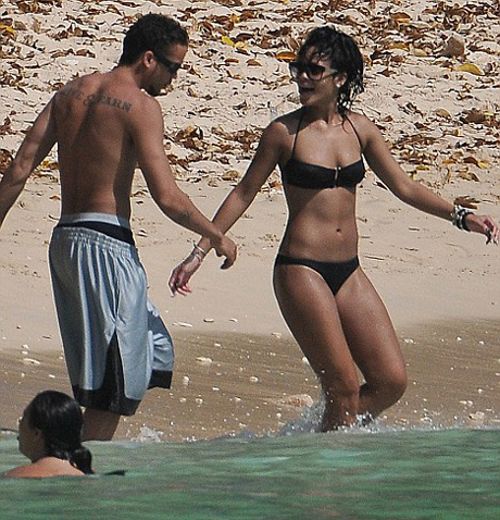 daily BEST:Rihanna soaks up Barbadian sun with a mystery man(2photos):bitch,fun girls,sex beach