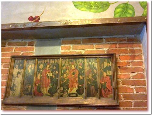 """Foto do fac-simile da obra de Nuno Gonçalves, """"Painéis de São Vicente"""" na parede """"Fábrica - Coffee Roasters"""". Original exposto no Museu de Arte Antiga, Lisboa"""