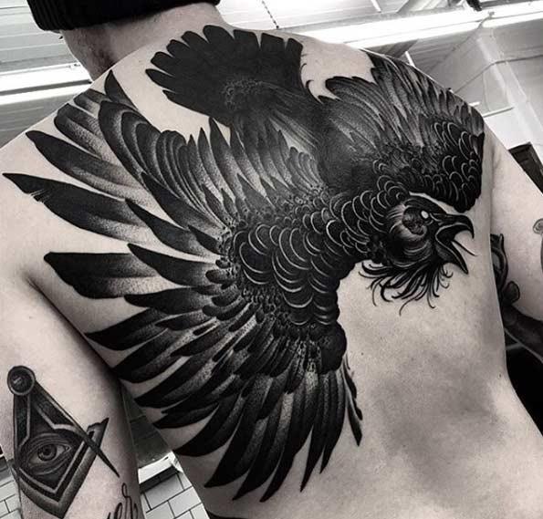 Este pesado blackwork corvo