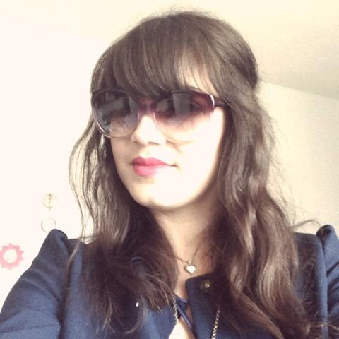 Fräulein Berger führt die Sonnenbrille aus