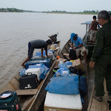Confluent des rios Beni et Quiquibey : chargement des pirogues (Beni, Bolivie), 27 octobre 2012. Photo : C. Basset