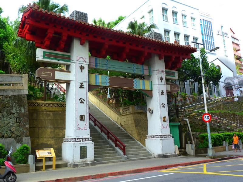Keelung. Cimetière Francais.Avant quil ne soit vandalisé en novembre 2012.     Temple Zhupu Altar. - P1240789.JPG