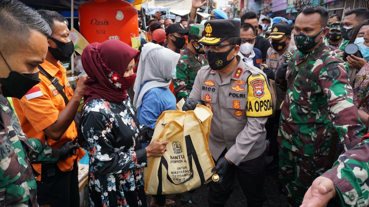 Forkopimda Jatim Bagikan 20 Ribu Masker dan 5 Ribu Paket Sembako di Pasar Ikan Pabean