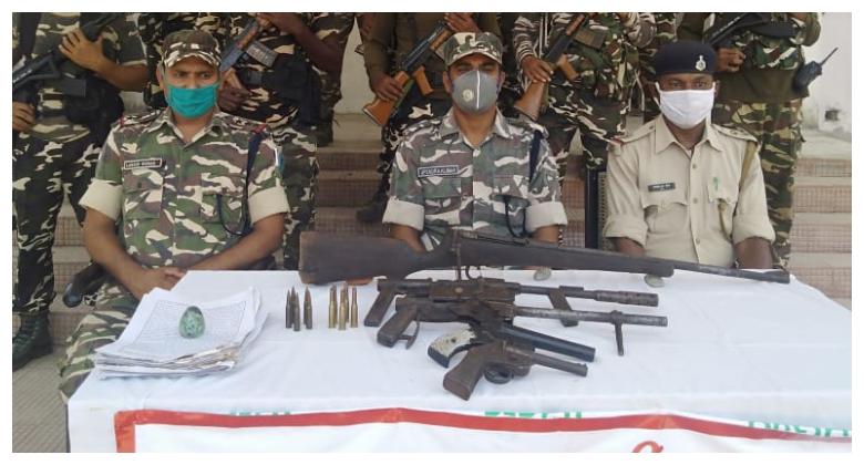 एसएसबी की कार्रवाई में भारी मात्रा में हथियार बरामद, परैया थाना क्षेत्र के तांती गांव में ईट भट्ठा पर छुपा कर रखे गए थे शस्त्र