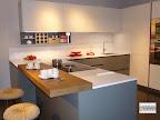cucina con penisola modello M22 Linea prodotta da Mesons per la serie La casa moderna, visibile nella nostra esposizione di Zogno Bergamo