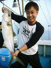 Photo: やったぜー! ヒラス! 4.5kgでした! 魚の持ち方イマイチで・・・。
