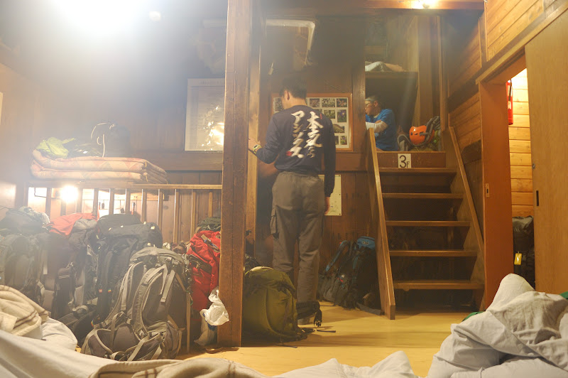 北穂高小屋布団から階段を撮る