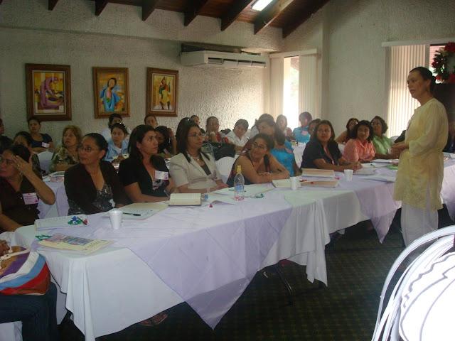 Escuchando atentamente la participación entre mujeres.