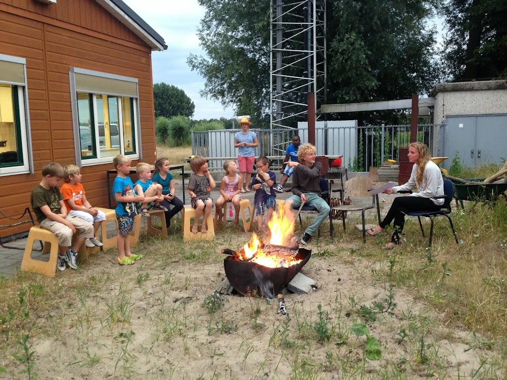 Ons kamp begint officieel met een kampvuur.
