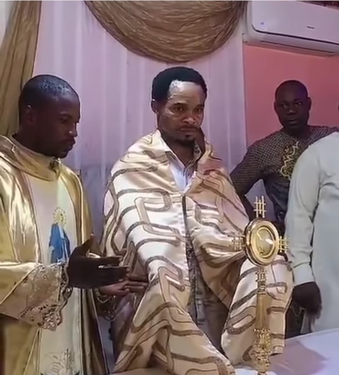 """Outrage as Odumejeje is seen lifting the Catholic """"blessed sacrament"""" after man dressed like a Catholic priest blessed it (video)"""