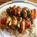 Brochetas de pollo marinado con arroz oriental