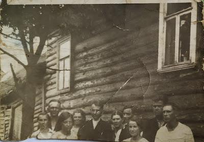 Вторая слева Анна Лупанова, третья справа Маруся Медведева (хозяйка дома), крайняя справа Клавдия Криворукова, второй справа Петр Ешкин(из личного архива Лупанова Н.А.)