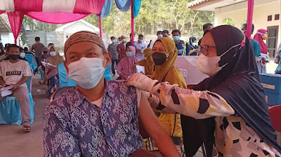 Polsek Cikarang Timur Bersama Desa Karangsari Lakukan Vaksinasi dan Pemberian Sembako Memperingati 30 Tahun Mengabdi Bhara Daksa