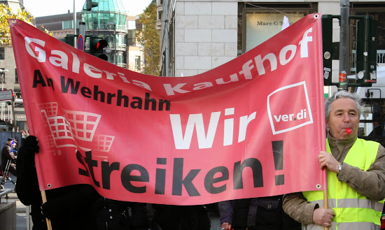Demonstranten mit Transparent wir streiken Galerie Kauhof