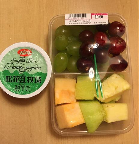 2016-07-09 19.26.42 旅館旁邊就有百貨公司超市可買水果