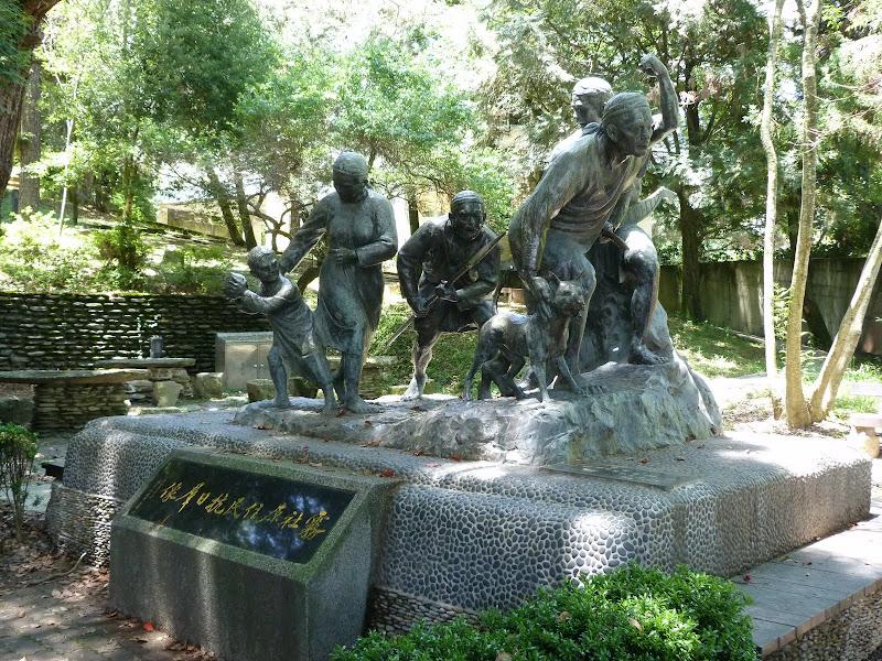 En 1952, en prévision d une attaque...,le Gvt Taïwanais a ordonné la construction ici même d un abri souterrain pour les civils. En creusant,les terrassiers ont trouvé environ  34 squelettes. Des aborigènes massacrés par les Japonais. Ils ont donc érigé ce lieu de mémoire