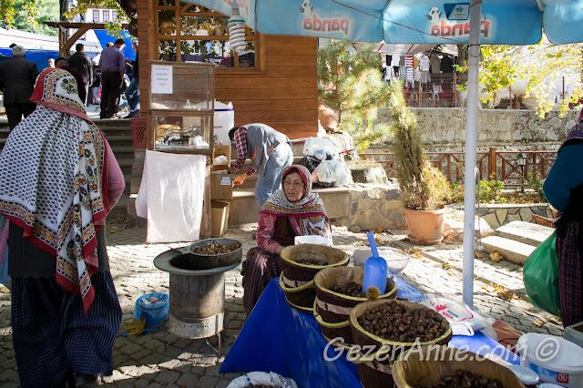 yöresel kıyafetli kestane satıcıları, Göynük