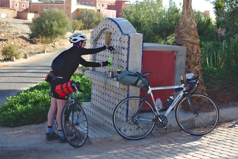 Una din cismelele intalnite prin toate satele marocane, ce au in spate un rezervor cu apa si de la care am incerca sa facem cat mai des alimentarea.
