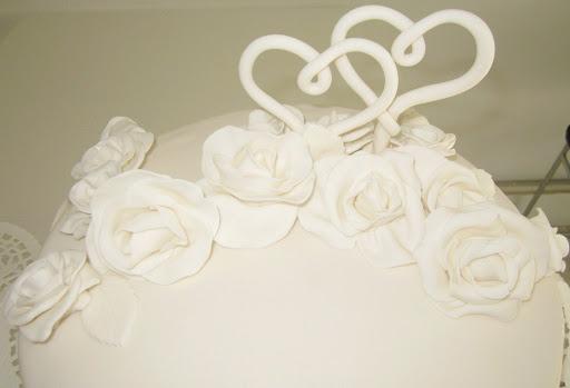 Witte rozen bruidstaart.JPG
