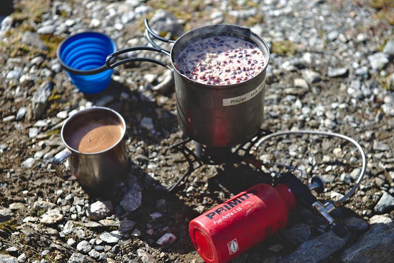 Pauza de pranz, cu cafea, si un porridge facut la primus, numai bun pentru energie inainte de urcusul pe Varful Mircii.
