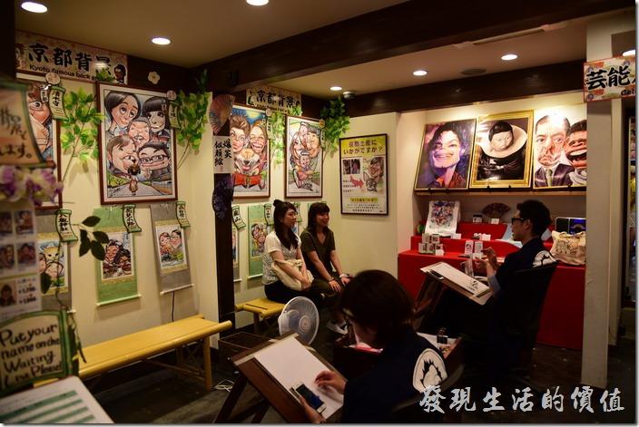 日本清水寺三年坂。店內開放參觀,繪畫家正在跟客人溝通與繪製卡通圖像。