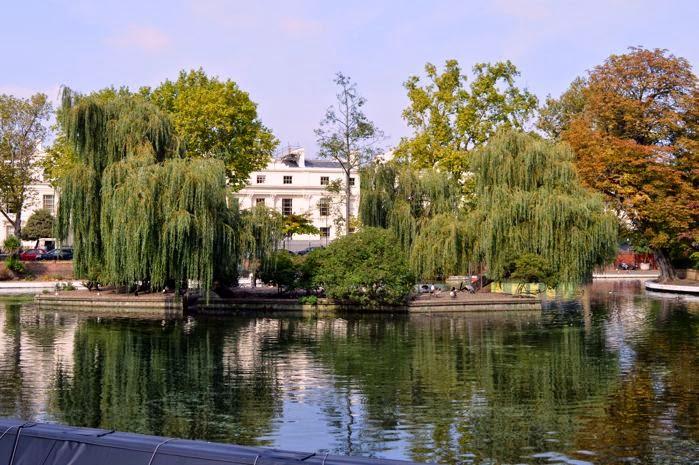 Lago de Little Venice tras los canales de Londres.