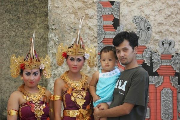 Berfoto dengan penari Bali
