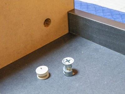 最上段の2杯に分かれている引き出しの仕切り板は金属パーツで固定する
