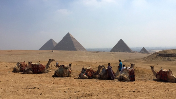 Heritage: Egypt to hire private companies to clean, manage and secure Giza pyramids area