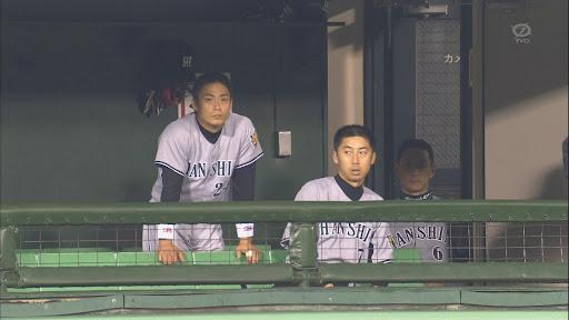 阪神の金本知憲さんが400号達成の試合中にベンチで喫煙