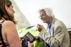 Esterházy Péter Kossuth-díjas író dedikál a 87. Ünnepi Könyvhéten, Budapest, 2016 (MTI Fotó: Balogh Zoltán)