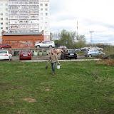 Сергей Орлов(Гайдара 5) несет землю для посадки ив на склоне.