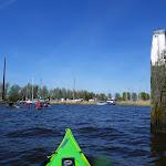 068-Op zoek naar een uitstapplaatsje in de jachthaven van Heeg.