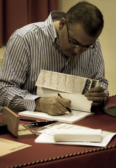 D. Ceferino Aguilera, firmando uno de los ejemplares