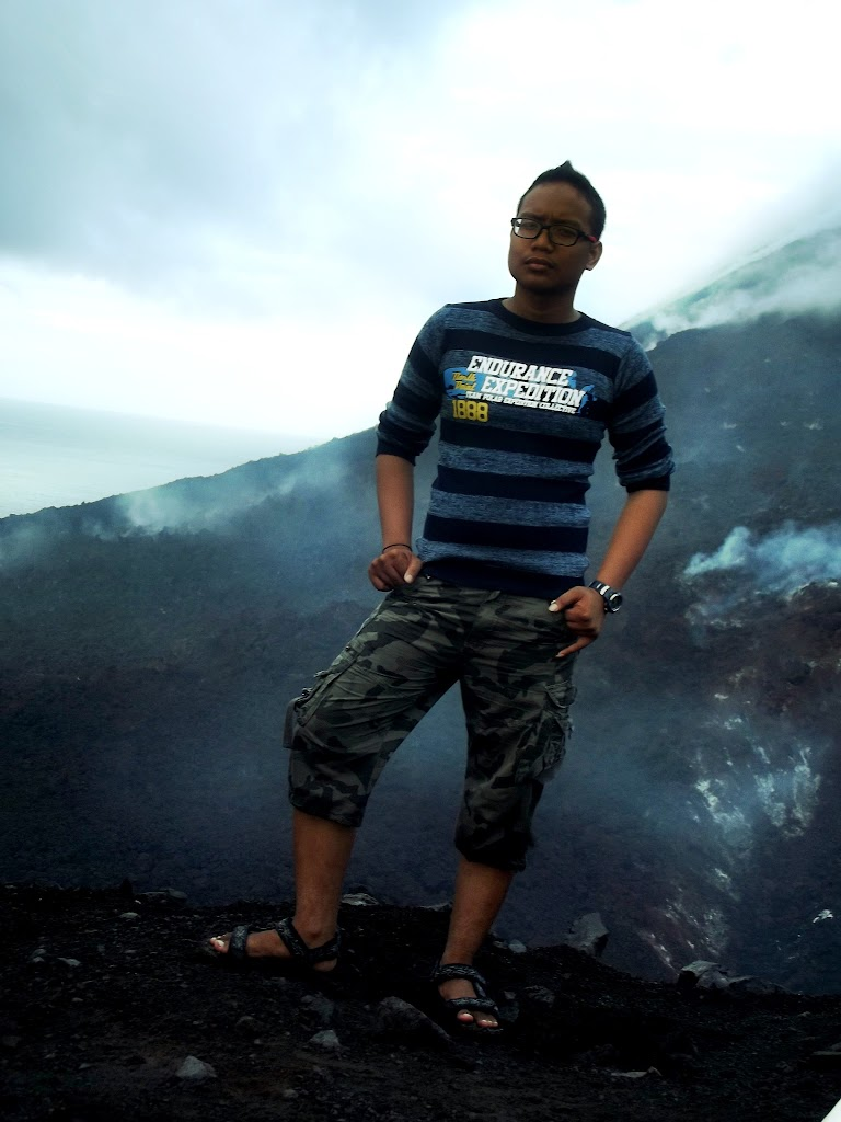 bass-ahmed-at-krakatoa-mountain-sunda-strait-indonesia-29-01-01-2012-054