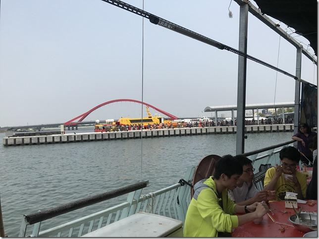 遠處的黃色船就是泰富客船
