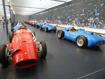 2017.08.24-208 rangée de sportives rouges italiennes et bleues françaises