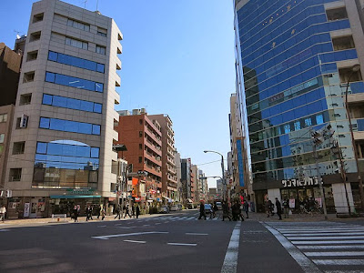 「めし処こづちに」向かう恵比寿一丁目の交差点