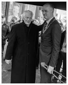 Kunstenaar Pier van Dijk met burgemeester Onno van Veldhuizen. Fotograaf: Cyril Wermers